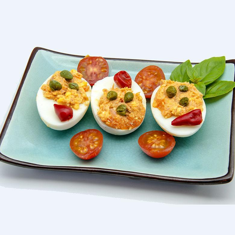 Huevos rellenos de atún y pimientos